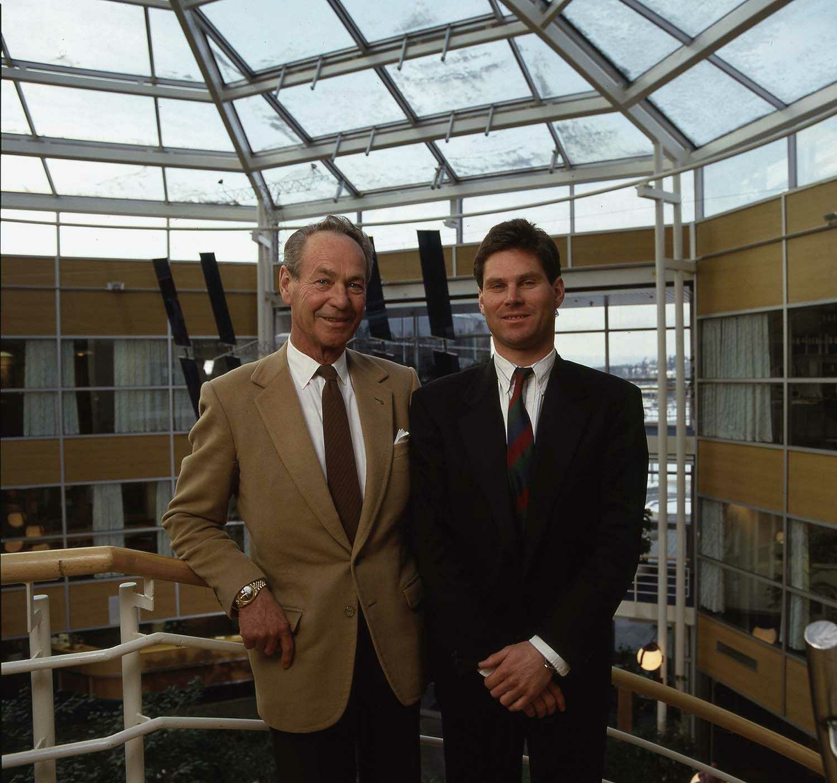 To personer på bildet. Bjørn G. og Erik G. Braathen. Stående i trapp