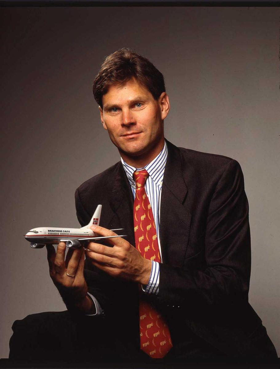 En person på bildet.  Sittende med Boeing 737 modell i hendene.