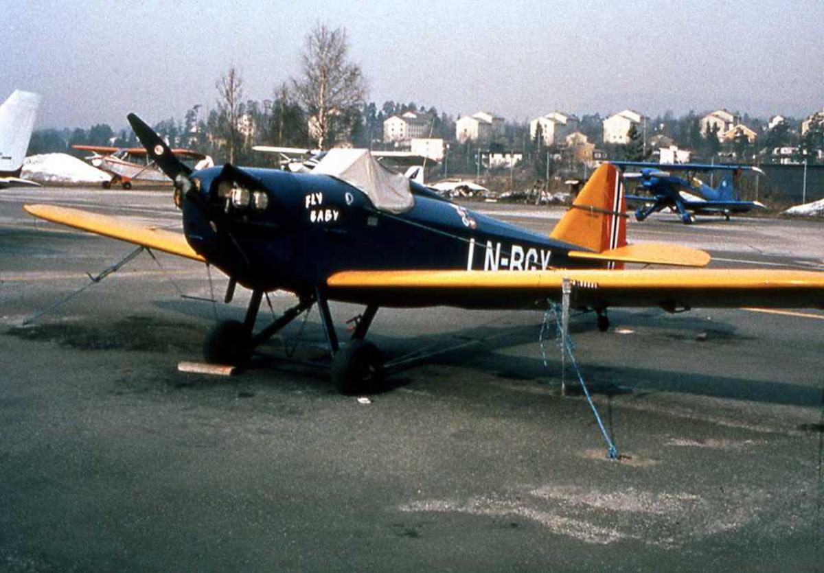 Ett fly på bakken. LN-BGY, Bowers Fly Baby 1A. Småfly i bakgrunnen.