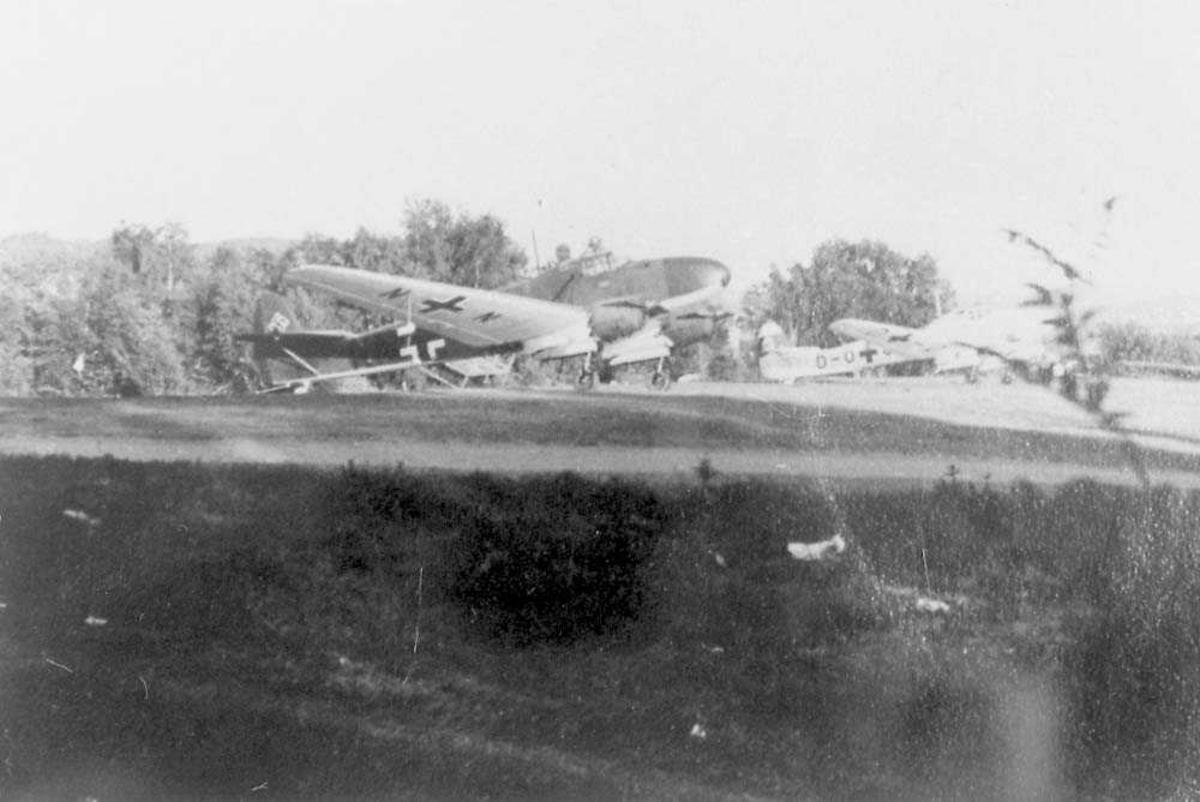 """To fly på bakken, Focke-Wulf FW 58 """"Weihe""""."""