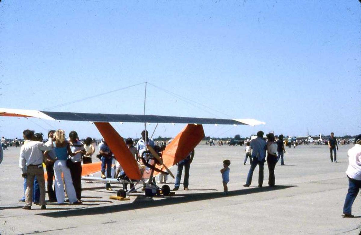 Flystevne. Ett mikrofly på bakken. Flere personer står rundt flyet.
