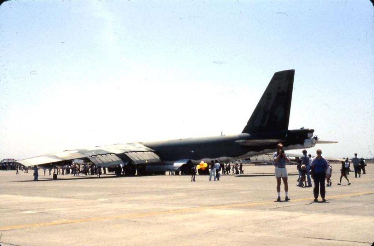 Flystevne. Ett fly på bakken, Boeing B-52 Stratofortress. Mange personer rundt flyet.