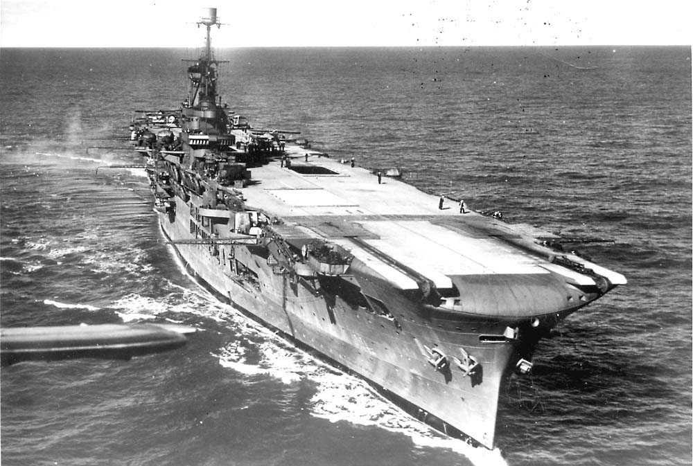Ett hangarskip ute på havet, HMS Ark Royal.