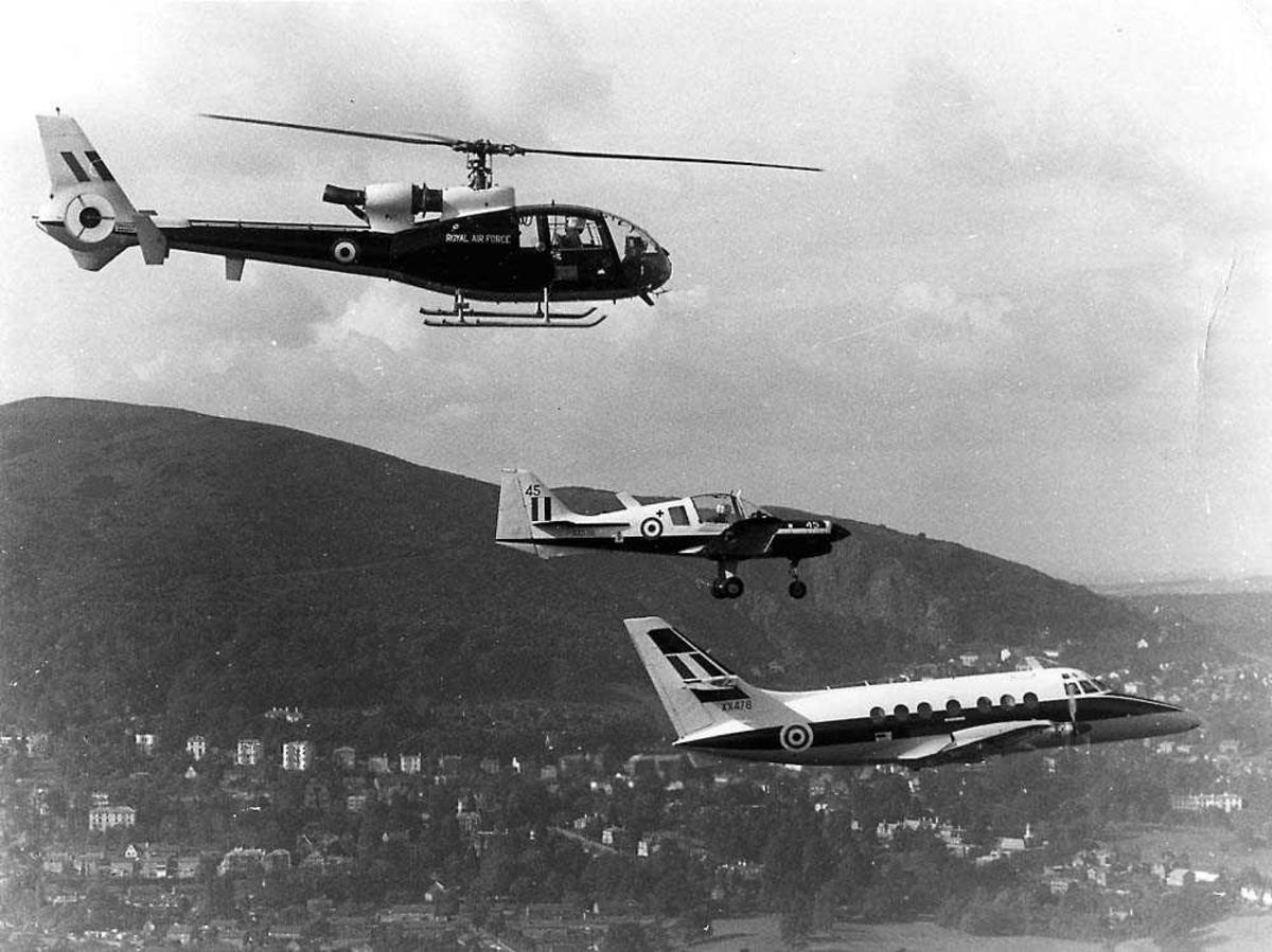 Luftfoto. Tre fly i formasjon. Gazelle, Bulldog og Jetstream.