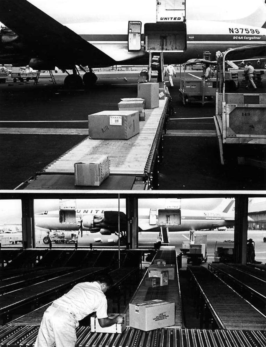 Lufthavn. Flere pakker på et transportband, som blir lastet av et fly, Douglas DC-6 Cargoliner N37569 fra United Airlines.