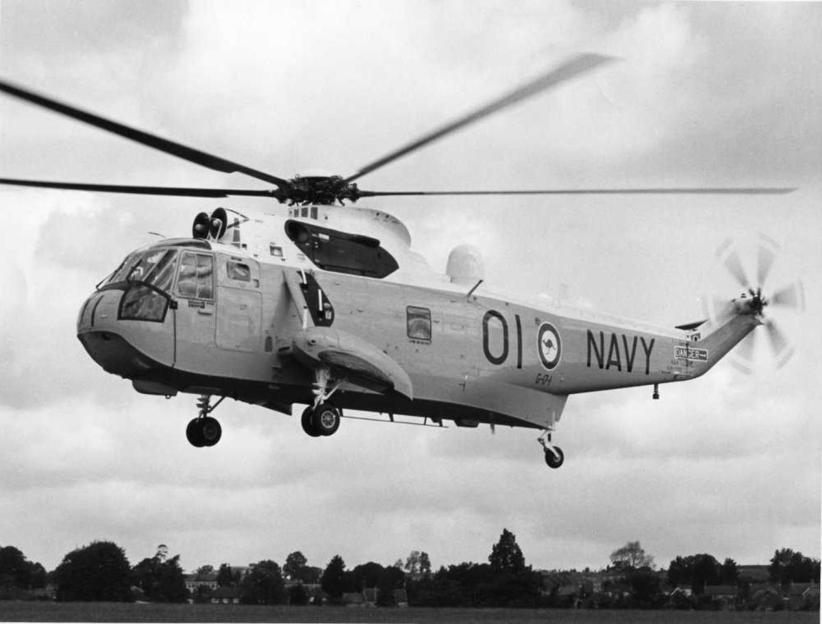 Ett helikopter i luften. Australsk Sea King Mk 50, kjennetegn 01 Navy (Shark 01)