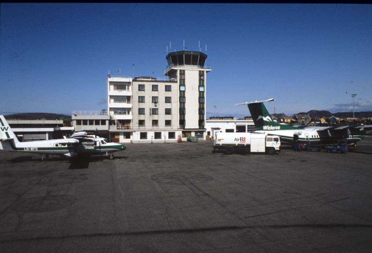 Lufthavn/Flyplass. Bodø. To fly, LNWFE, De Havilland Canada DHC-7-102 Dash 7 og LNWFD, De Havilland Canada DHC-6-300 Twin Otter.
