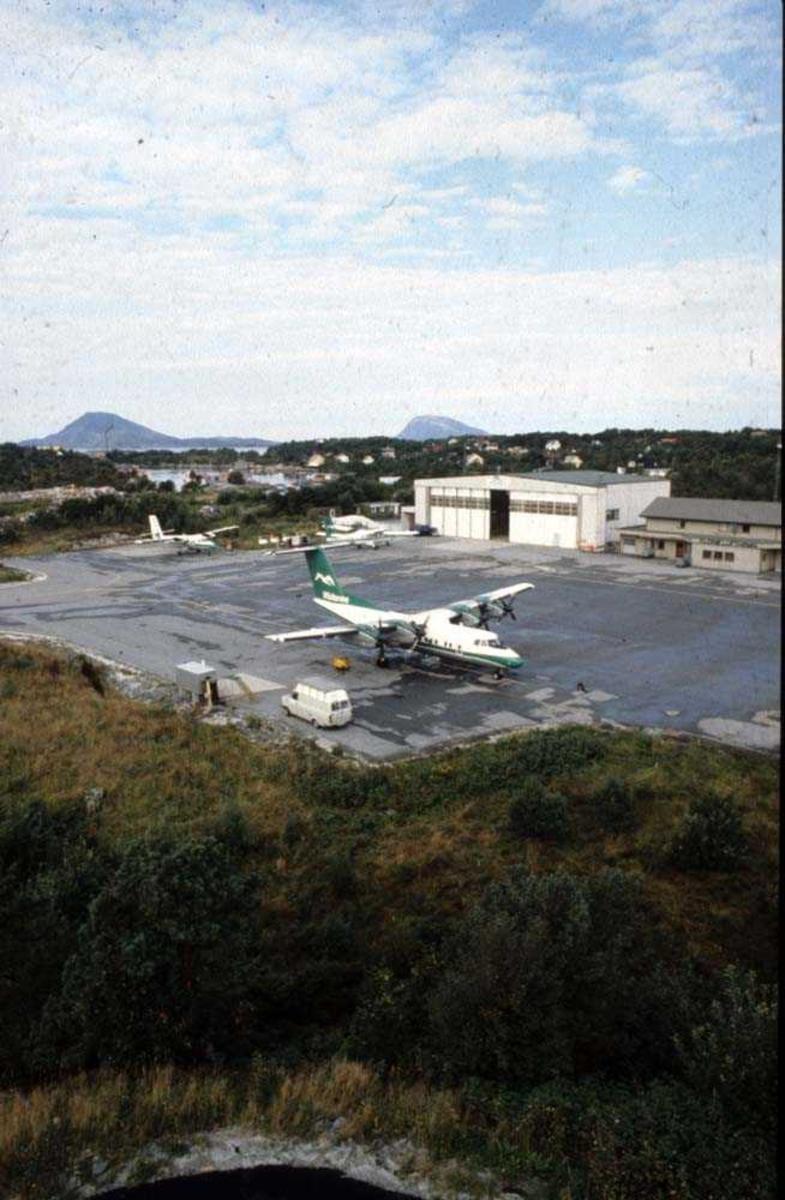 Lufthavn/Flyplass. Florø. Ett fly, De Havilland Canada DHC-7-102 Dash7 fra Widerøe