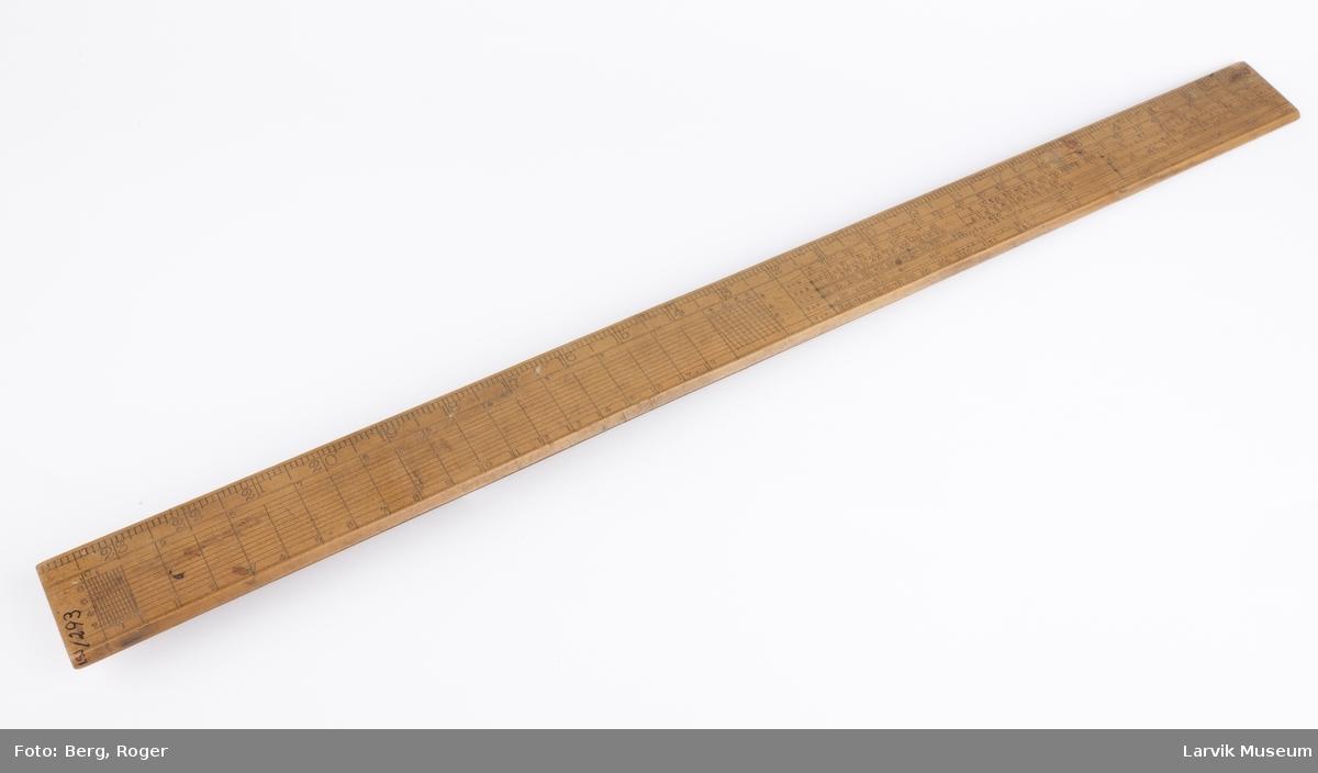 Utseende som en bred linjal med tabellrekker og tallkolloner på begge sider. Skalaen ble brukt i navigasjonen
