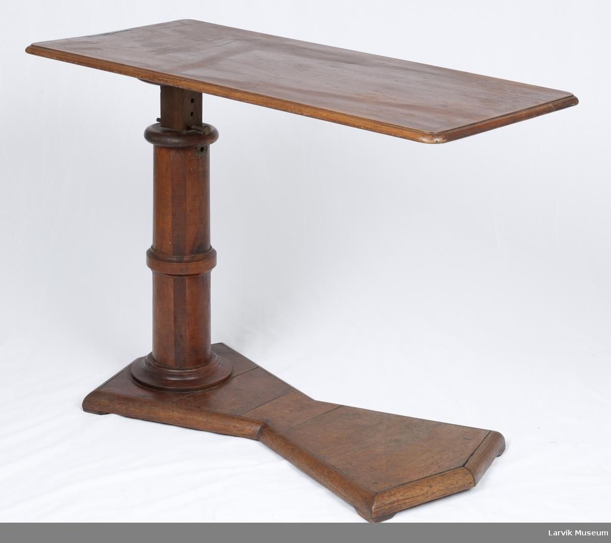 Skrivebord, stillbart på søyle
