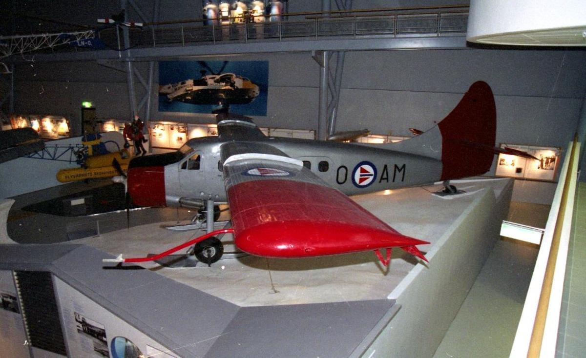 Ett fly: De Havilland DHC-3 i Forsvarets farger. Tatt innendørs.