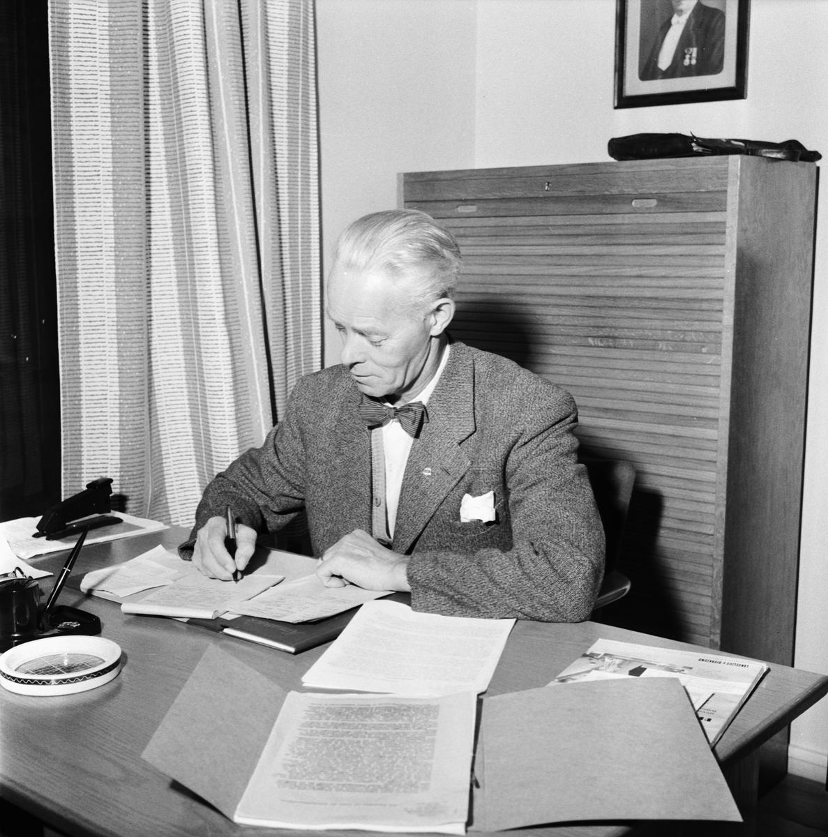 Övrigt: Foto datum: 9/9 1957 Byggnader och kranar FCTF:s nya lokaler styrelsemöte