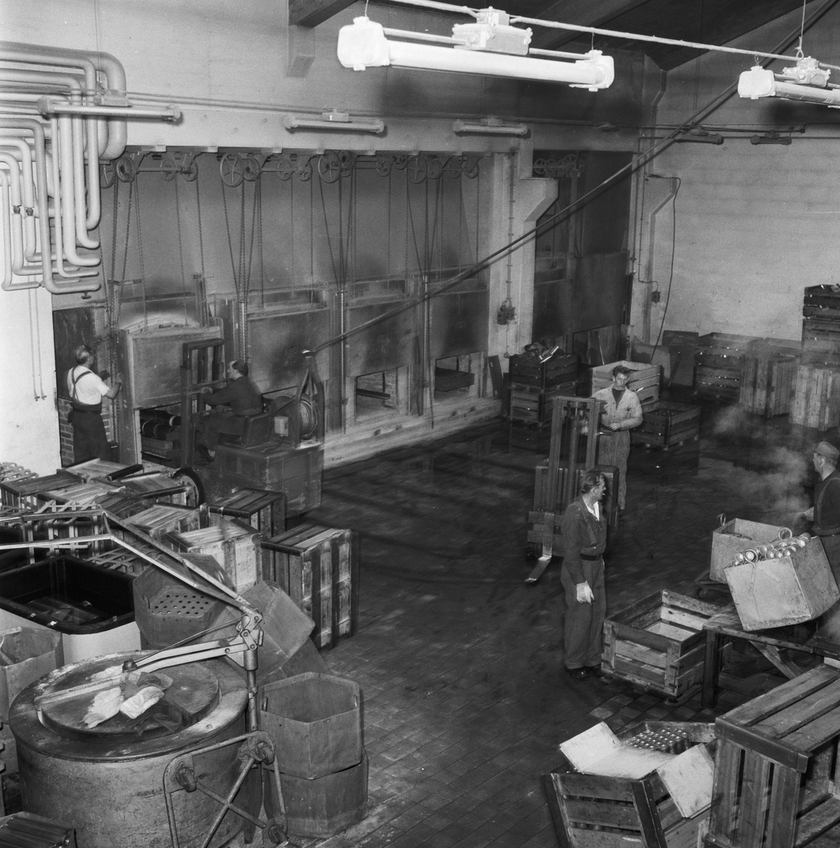 Övrigt: Foto datum: 31/10 1957 Byggnader och kranar Art. verkstan interiör. Närmast identisk bild: V14177, ej skannad