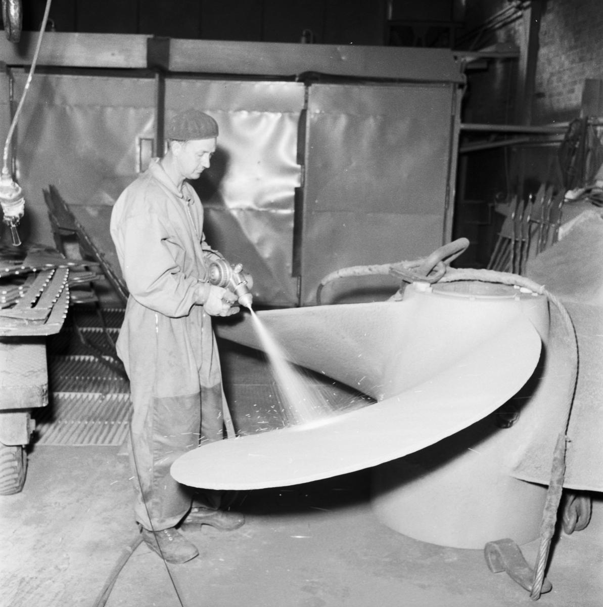 """Övrigt: Foto datum: 10/9 1958 Byggnader och kranar Isbrytaren """"Thule"""" propeller sprutmetalisera. Närmast identisk bild: V14857 och V14858, ej skannade"""