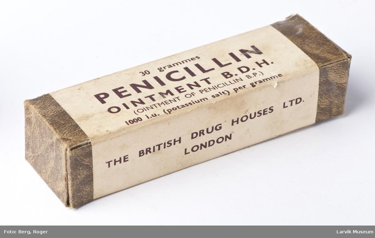 Medisinskrin inneholdende førstehjelpsartikler som plaster, saks, bandasje, Daraprim, penicillin, lypsyl.