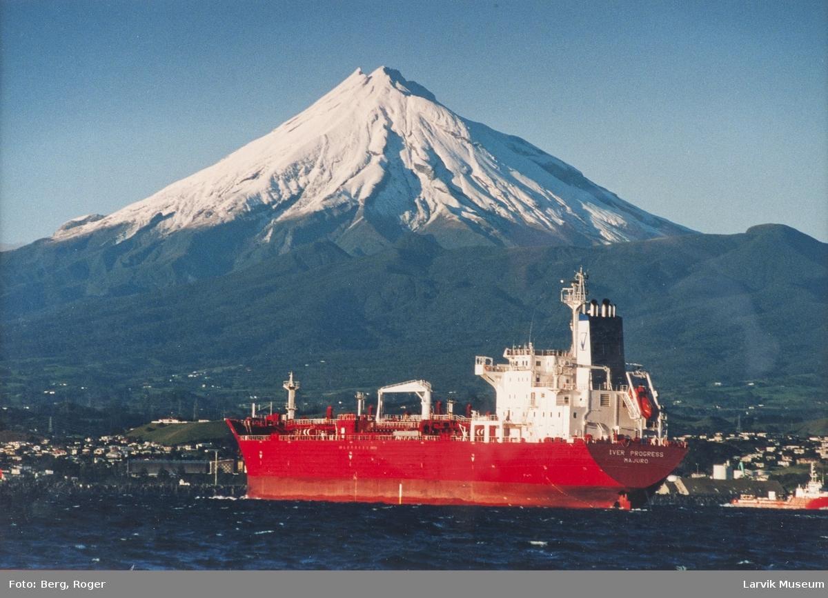 """""""Iver Progress"""" Majuro - med snedekt fjell i bakgrunnen"""