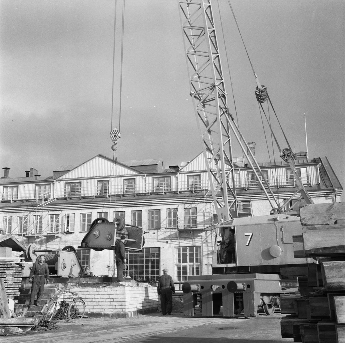 Övrigt: Fotodatum:8/10 1958 Byggnader och Kranar. Rivning av maskranen ext o int på g:a kajen vid maskinverket. Närmast identisk bild: V16211, ej skannad
