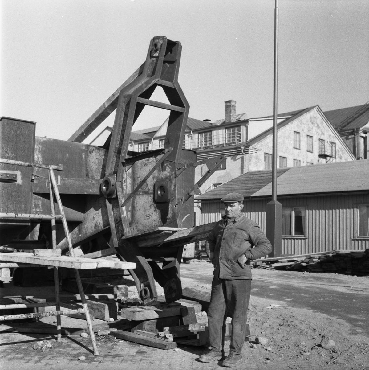 Övrigt: Fotodatum:9/3 1959 Byggnader och Kranar. Nya 100-tonskranen montering