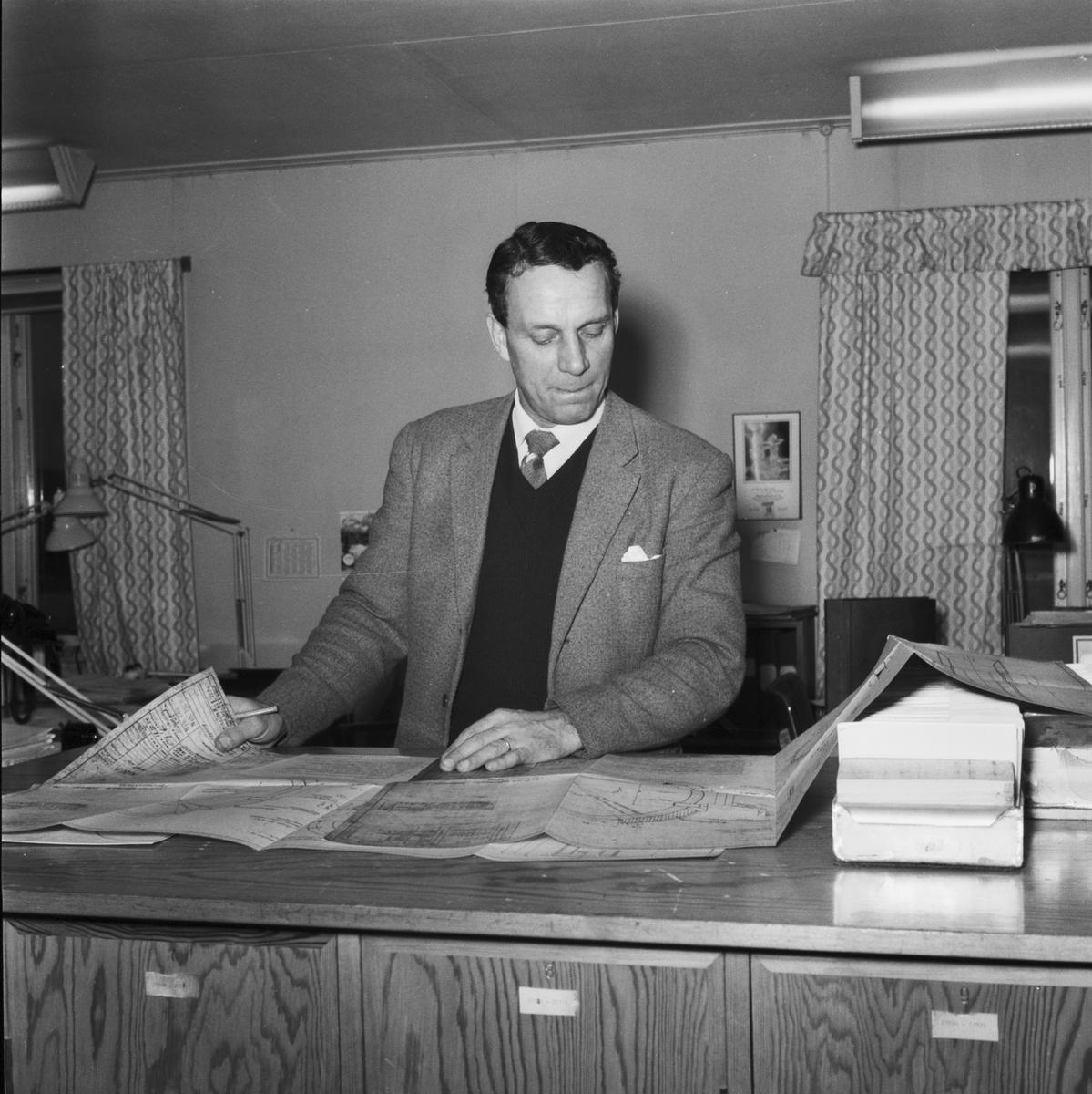"""Övrigt: Foto datum: 1/1 1961 Byggnader och kranar """"Varvet runt"""" nybyggnadskontoret interiör"""
