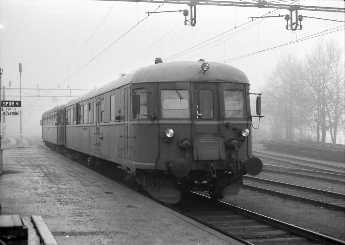 Tog til Elverum på Kongsvinger stasjon. Styrevogn BDFS 86 66