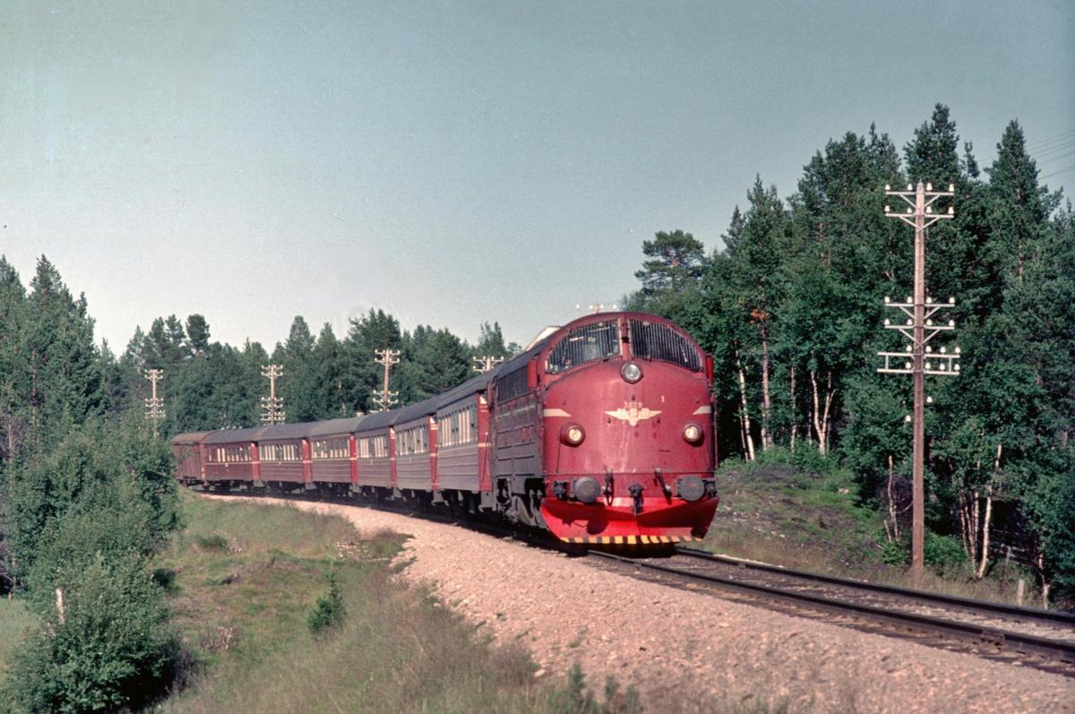 Rørosbanens dagtog, Ht 302 Trondheim - Oslo Ø, ved Stormyren holdeplass, Os i Østerdalen. NSB dieselelektrisk lokomotiv Di 3 629 trekker toget.