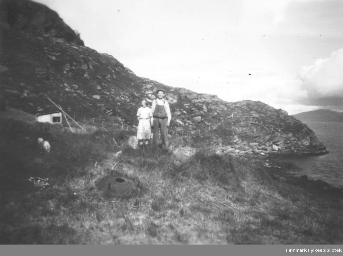 Leifine Bertine Nikolaisen, og Peder Samuelsen, ved sjøen i Storfjord i Kokelv