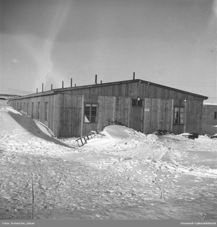 Den gamle politibrakken / sørenskriverkontor (-46-48) i Vadsø fotografert på vinter -46. Skilt på veggen med tekst:'sorenskriveren'.