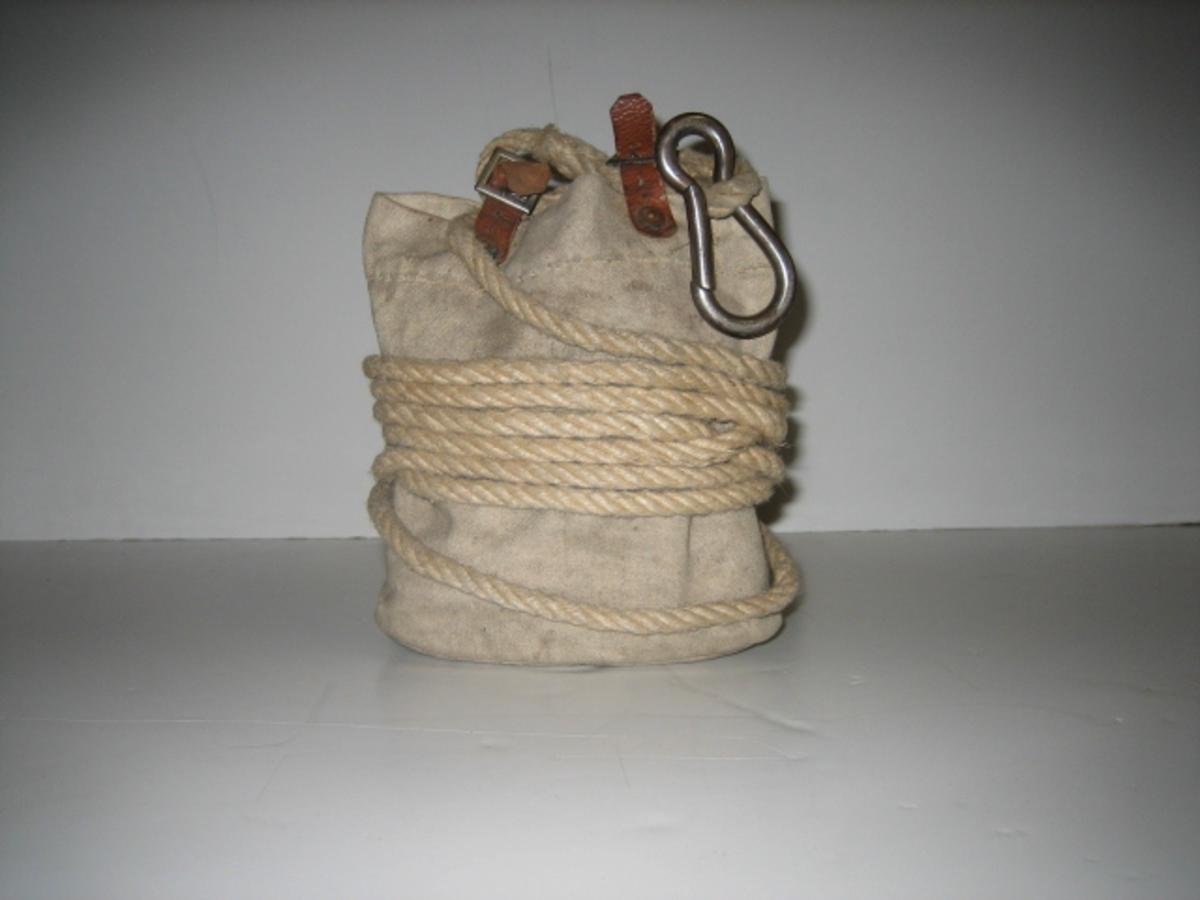 20m tau. 1 seildukspose i enden av tauet. 1 karabinkrok. Laget på Sadelmakerverkstedet Bergen Brannvesen.