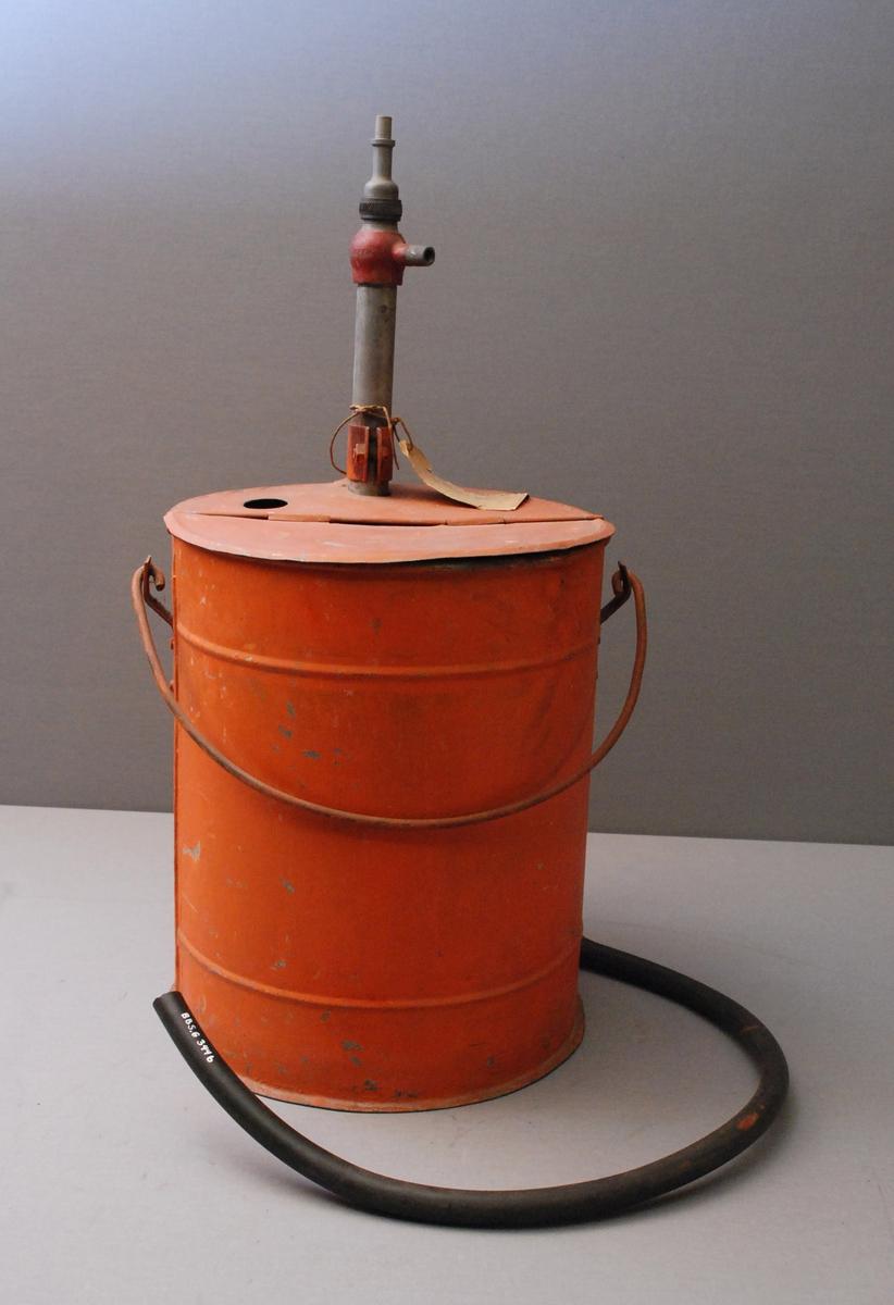 Sylindrisk spann med hank. Pumpe i spannet med pumpehåndtaket på toppen, slange med munnstykke. Hengslet lokk på toppen kan åpnes.En støtte er festet til pumpen ved at det fra pumpen går et flattjern ned langs siden på beholderen og ender i en rektangulær plate som ligger ut fra apparatet.