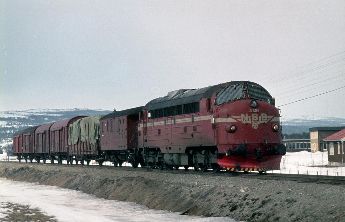 Godstog 5716 (Trondheim - Hamar) med Di 3 605 på vei inn på Røros stasjon. Toget har konduktørbetjening, med konduktørvogn litra FV.