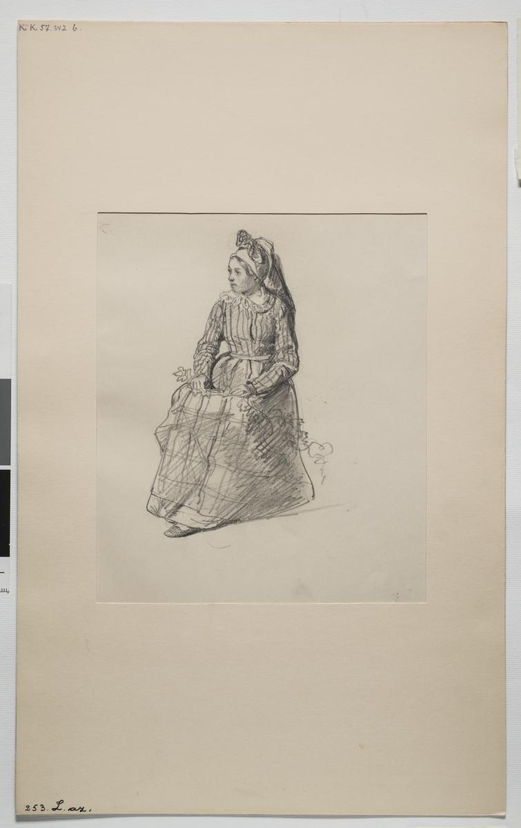 Blyertsskiss av en sittande kvinna i helfigur, Österåker socken.  J.W. Wallander.