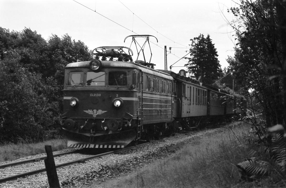 Persontog Oslo V - Spikkestad med El 13 2130 ved innkjøring til Spikkestad.