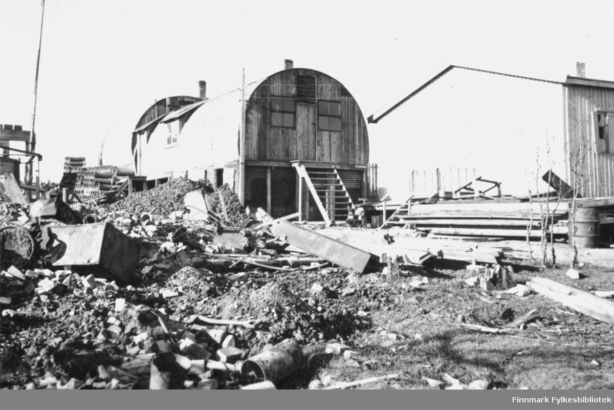 Denne brakka kalles 'hotellbrakka' av fotografen. Den ligger ifølge innskriften i originalalbumet ved siden av brannstasjonen. I forgrunnen ligger en haug med ruiner.