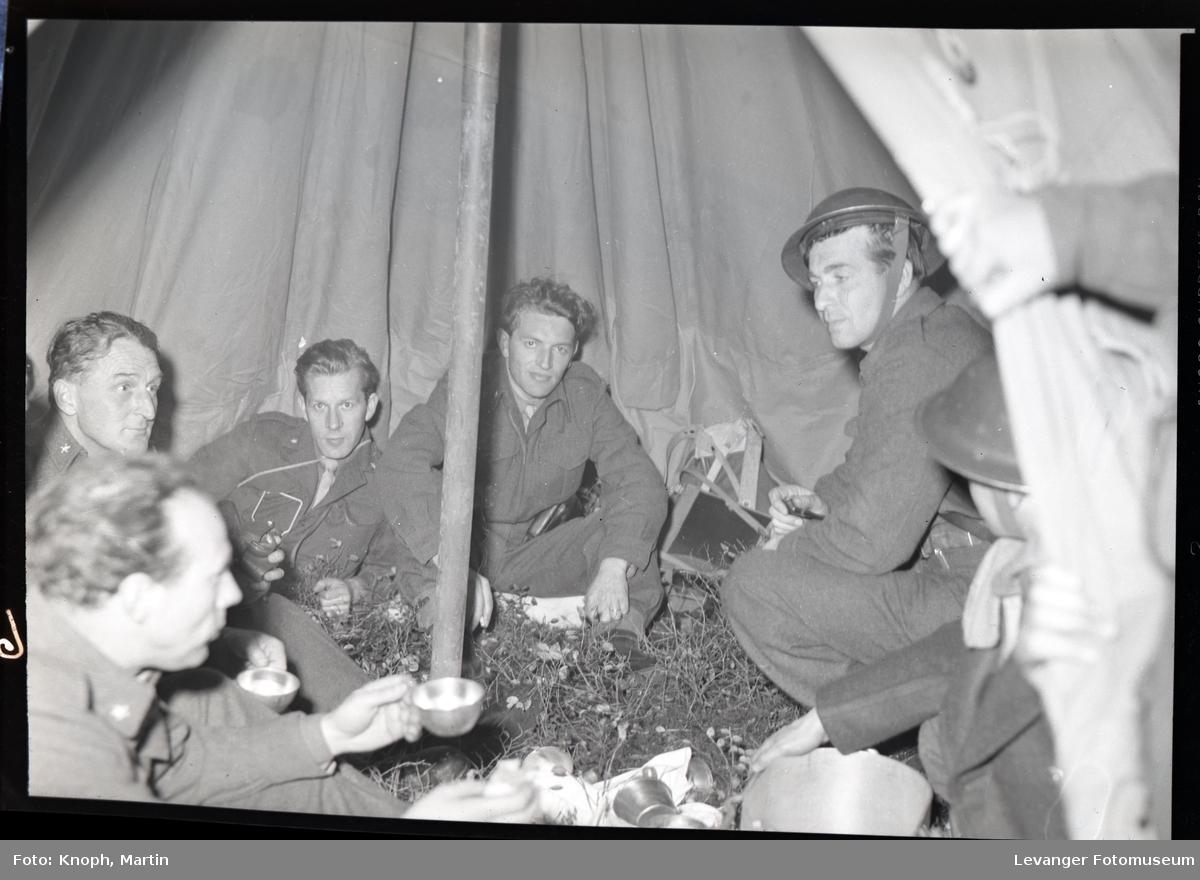 Militær øvelse med hæren og heimevernet, i teltet.