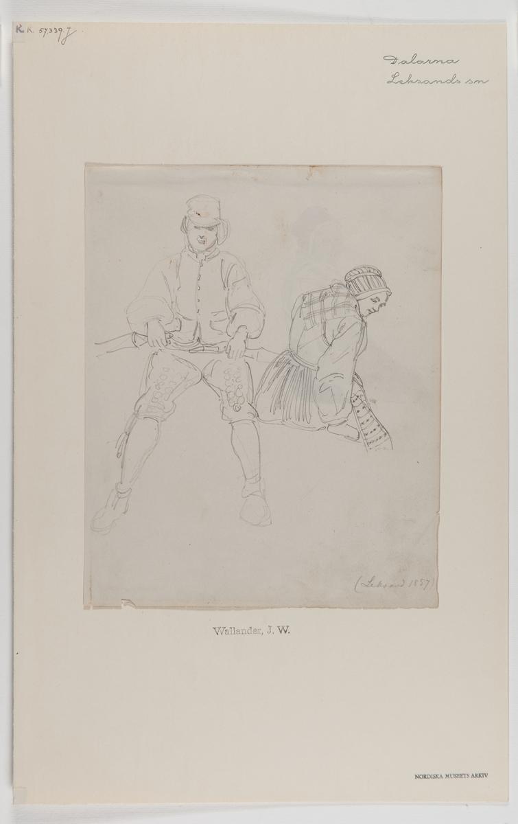 Handteckning av J W Wallander. Mans- och kvinnodräkter från Leksand, Dalarna 1857. Roende man. Nordiska museets inventarienummer 57339j. Mannen har en hatt eller kaskett på huvudet, skjorta, väst, laskade (broderade) skinnbyxor, knäband och strumpor. Kvinnan bär rödhättan på huvudet, överdel, skinnliv, halskläde, svartrandig gulmajd (förkläde) och svart yllekjol.
