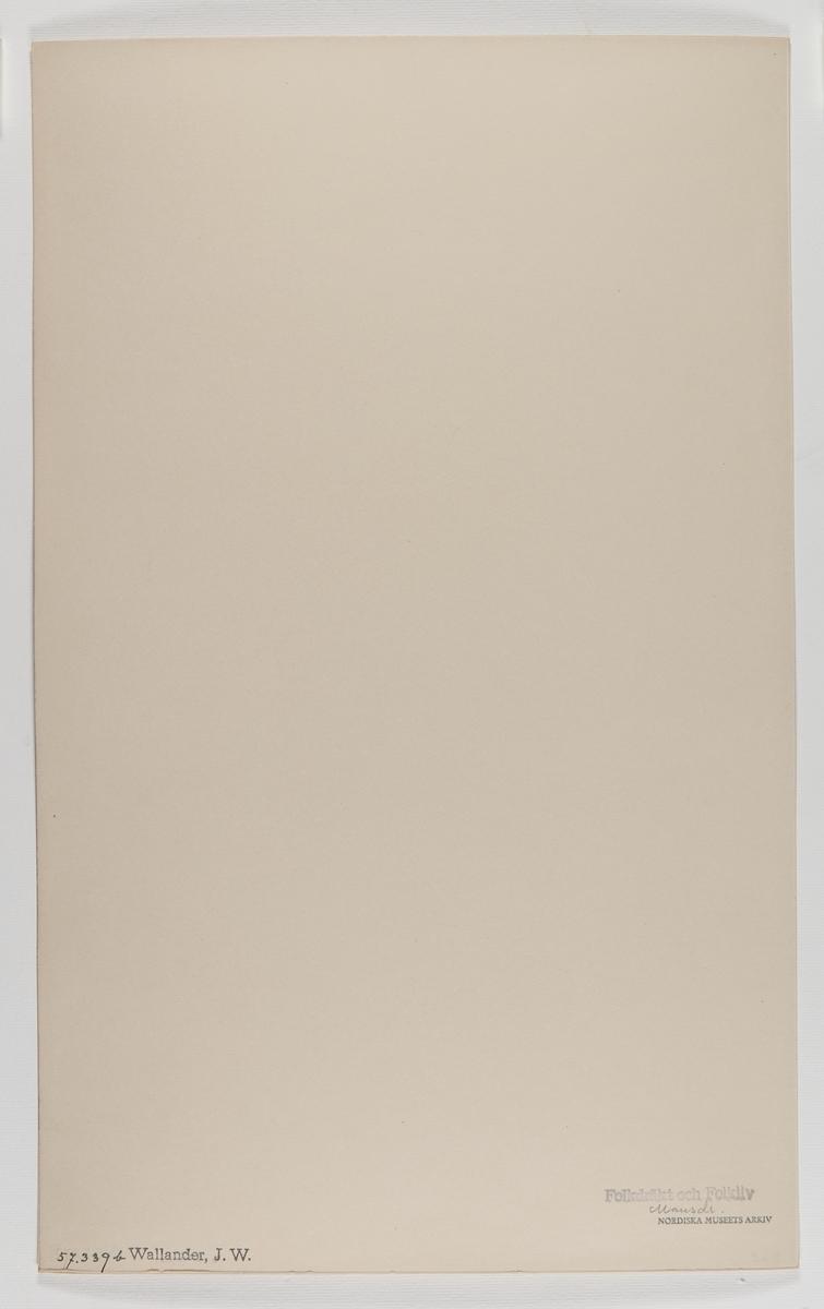 """Akvarellerad handteckning av J W Wallander. Mansdräkt från Äppelbo, Dalarna. En man sitter ner och dricker med glas i ena handen och flaska i den andra. Text: """"Äppelbo. Söndagsdräkt"""". Nordiska museets inventarienummer 57339b."""