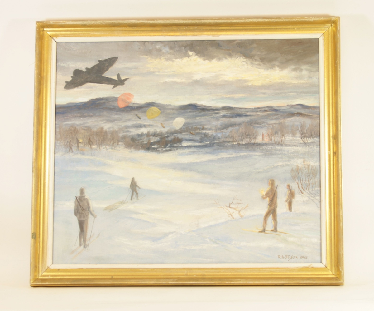 I forgrunnen står fire mennesker og ser på et fly som slipper tre esker/conatinere i fallskjerm. Personen lengst i forgrunnen folder en lykt. Alle går på ski og har rifler på ryggen, en trekker en slede. Flyet er malt som en sort/mørk grå silhuett uten detaljer. I bakgrunnen kan man også se to grupper medtre mennesker som også golder lykter. I horisonten ser man gjellvidder og himmel. Bakken er snødekket, og himmelen er grålig.