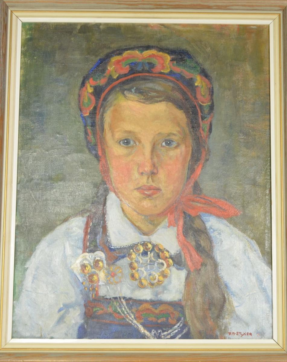 Motivet viser en pike i frontalportrett fra albuene og opp. Hun er ikledt Hallingbunad  med hvit bluse, kyse med rød sløyfe, og søljer.