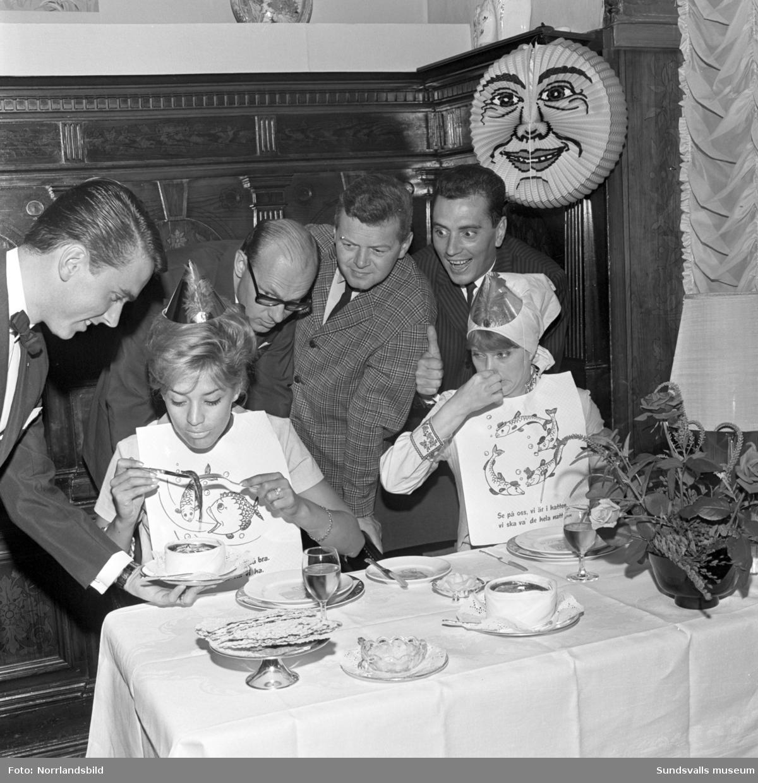 """Barbro """"Lill-Babs"""" Svensson och Siw Malmqvist äter surströmming på Knaust."""