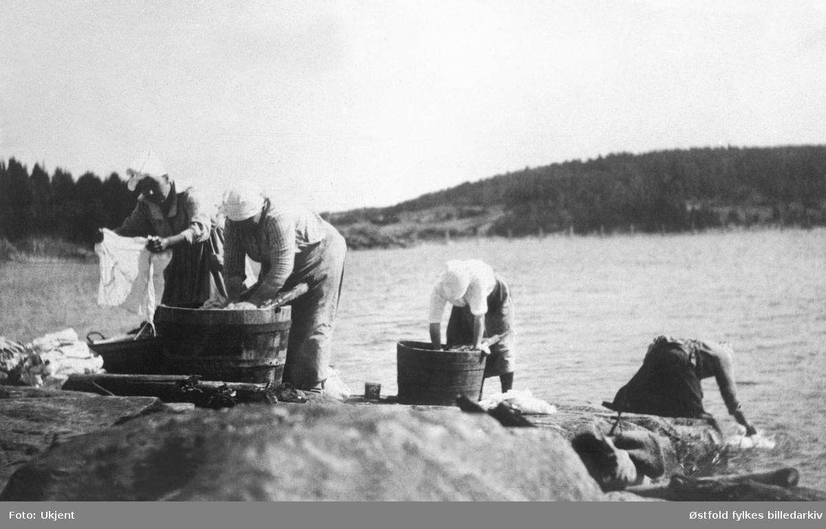 Klesvask i Glomma ved Espenestangen i Skiptvet ca. 1920.   Fra v.: Maren Johansen, Ingeborg Bryde, Elise Annette Eng, Astrid Haltuff.