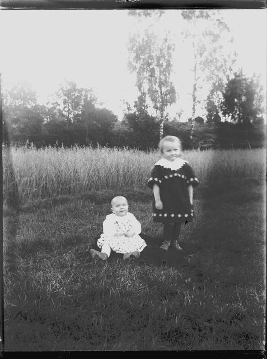 Familjen Jakobsson kom 1922 till Stenbackens skola. På bilden döttrarna Herta, Hjärtum 1921-10-28, Dagmar, Myresjö 1919-10-22.