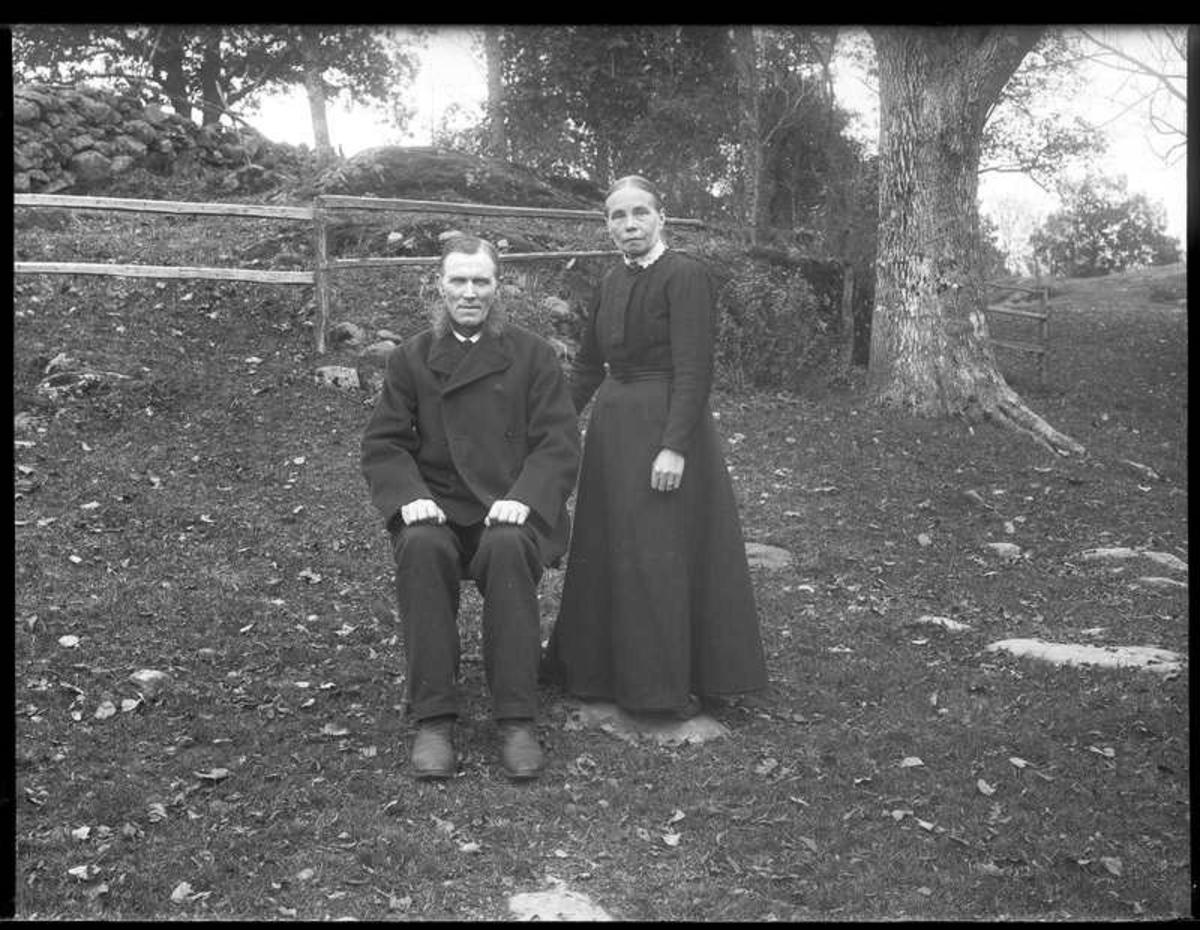 """Olof Jonssons text: """"Josef Nilssons i Ingelstorp""""  Josef Nilsson, Herrestad f1857-12-04 och hans hustru Anna Ulrika Andreasdotter, Forshälla f1856-01-27 i trädgården på gården Lunden, Ingelstorp."""