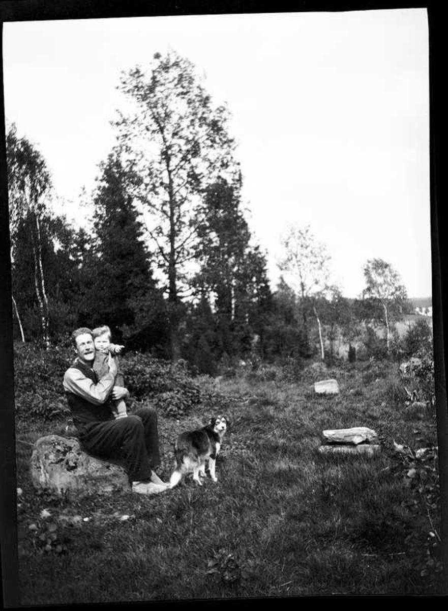 Olof Jonsson, Hjärtum 1882-11-15, med sonen Sven, Hjärtum 1915-05-14 i famnen, i bakgrunden skymtar Öresjö