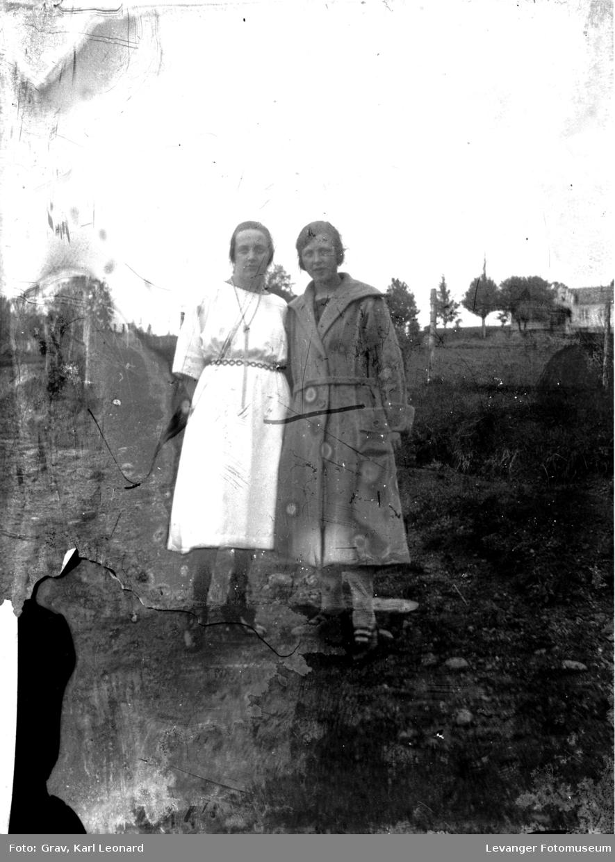 Gruppebilde, to unge kvinner ute.