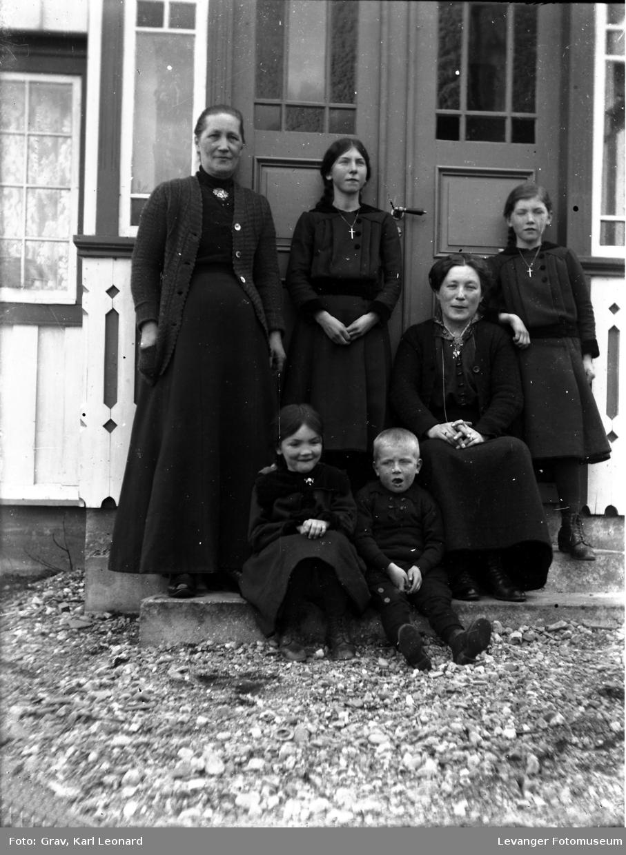 Gruppebilde av to voksen kvinner  med tre barn og unge.