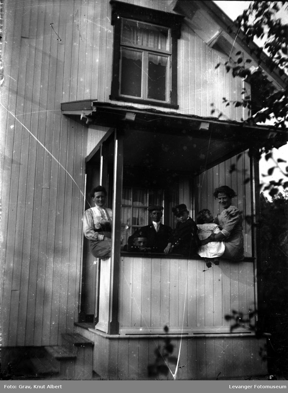 Flere mennesker på veranda. Birkelund, Bangsund