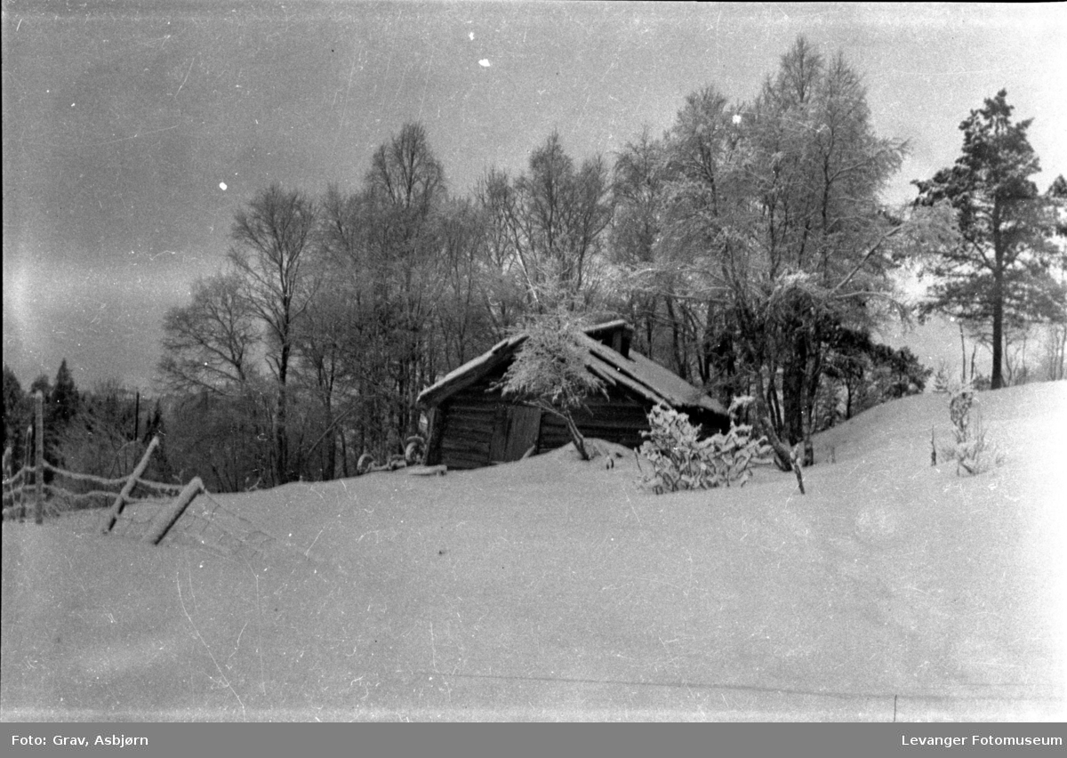 Landskap, gammel smie på  snødekt mark.