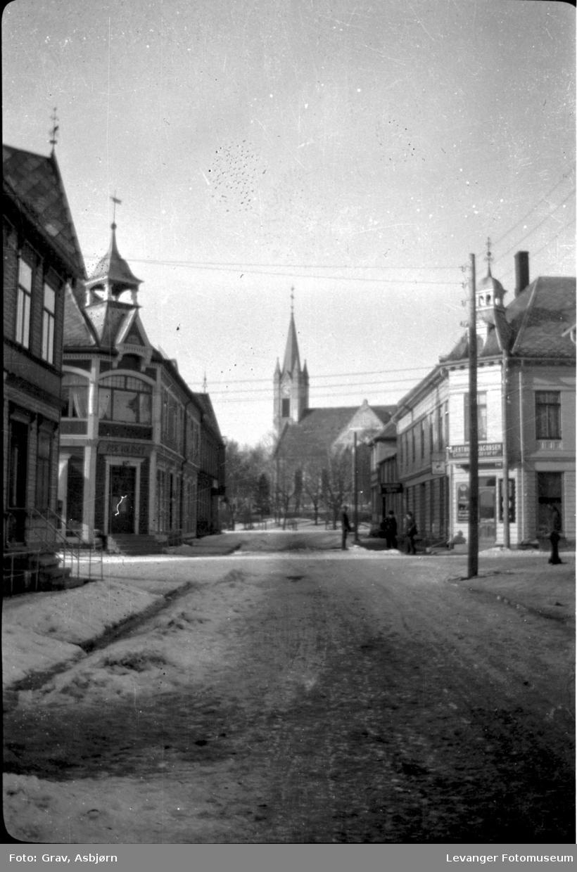 Gatebilde, kirke i bakgrunen.