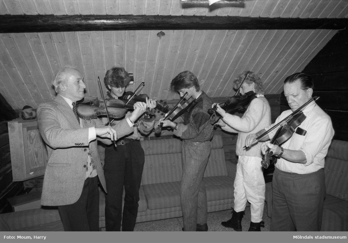 Ungdomarna Peter Sandin, Jonas Persson och Sofia Johansson spelar violin i ABF-stugan i Lindome, år 1985.  För mer information om bilden se under tilläggsinformation.