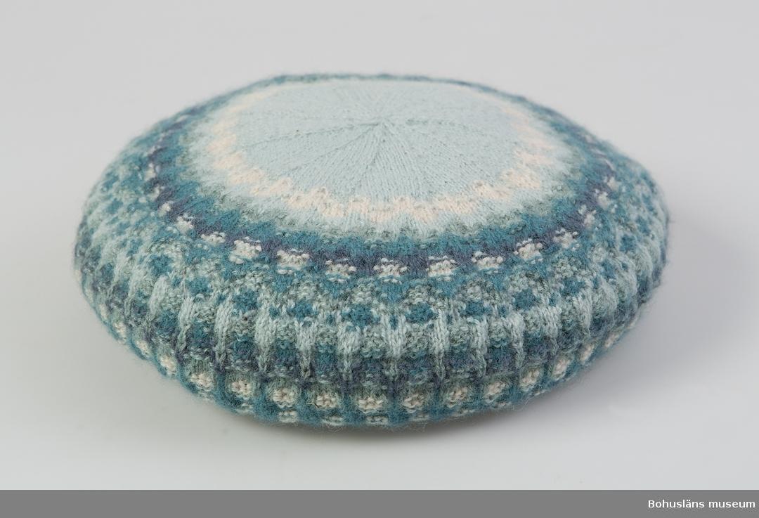 Barett. Ljusblå, vit, grågrön, mellanblå, blålila. Välbevarad. Mönster Blå ägget, design Kerstin Olson.
